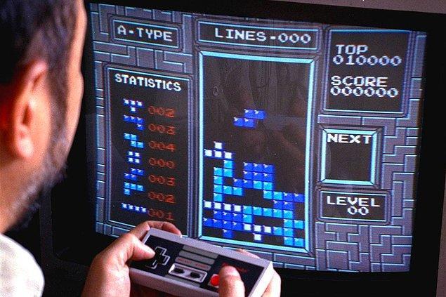 6. Efsane NES konsolunda efsane Tetris oyununu oynayan New York'lu bir adam. -1990