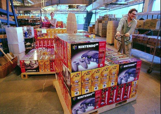 12. Washington, North Bend'deki bir mağazanın çalışanları Nintendo'nun yeni 64-bit konsolunun kutularını indiriyorlar. -1996