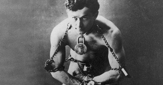 4. Sihirbaz Houdini, ölmeden önce öteki dünyadan işaret gönderebilmek için eşiyle birlikte aralarında gizli bir şifre geliştirmiştir.