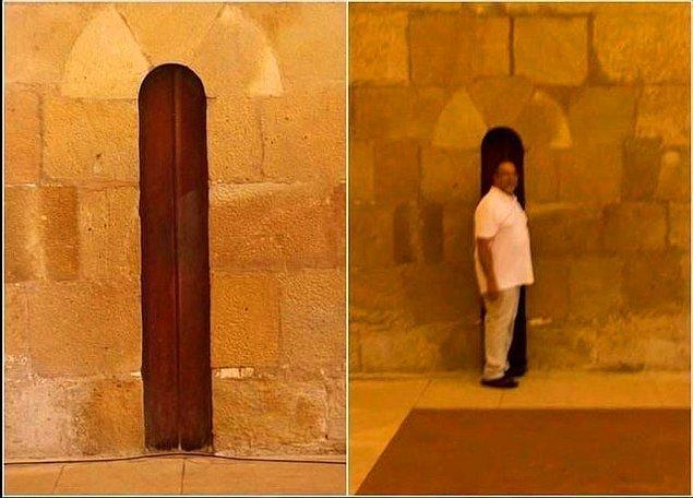 2. Portekiz'deki Alcoba Manastırı'nın kapısı rahipler kilo alamasınlar ve düzenli olarak oruç tutabilsinler diye çok dar yapılmıştır.
