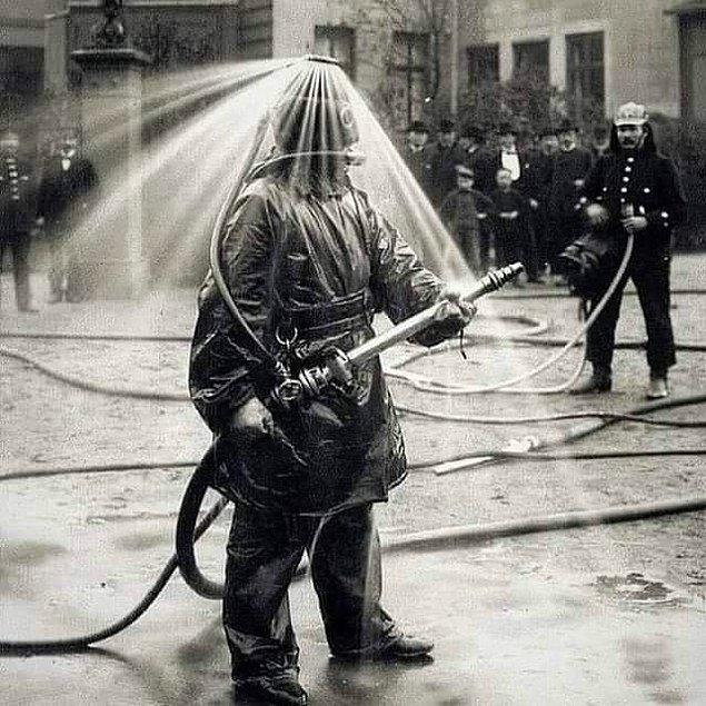 12. 1900'lü yıllarda kullanılan itfaiye eri kıyafeti: