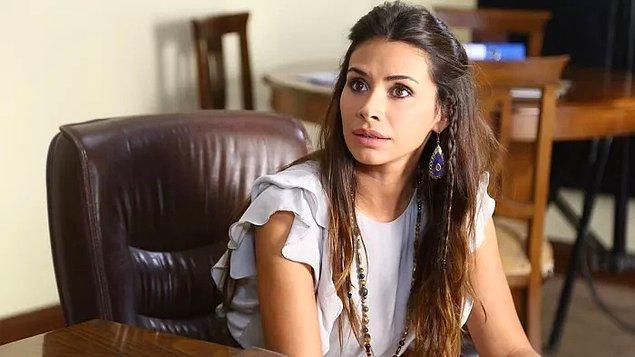 Kendisi Bahçeşehir Üniversitesi Güzel Sanatlar ve Görsel İletişim Tasarımı Bölümü'nü okumuş.