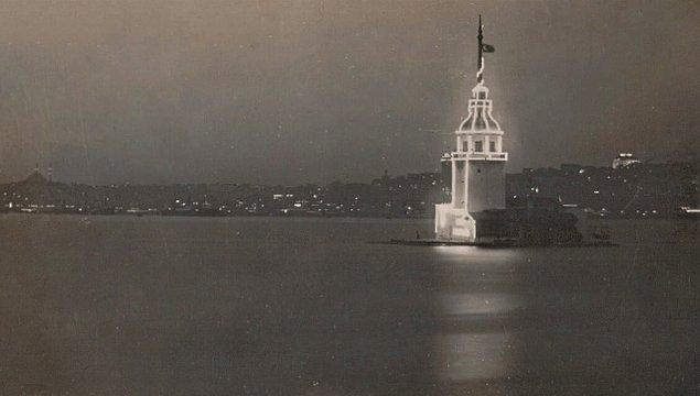6. Cumhuriyetin 10.yılına özel kutlamada ışıklandırılan Kız Kulesi, İstanbul, 1933.