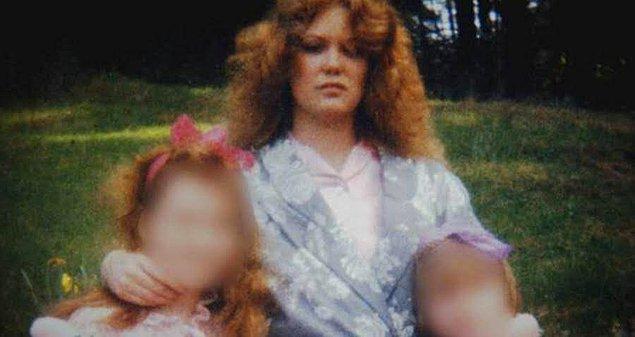 Tabii Shelly yeğeninin yanı sıra iki üvey kızına da sürekli kötü davranıyordu.