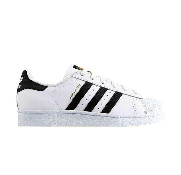2. Her kombine yakışan Adidas Superstar.