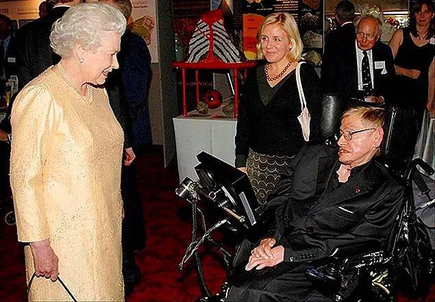 13. Stephen Hawkings kendisine verilen şövalye unvanını reddetmiş.
