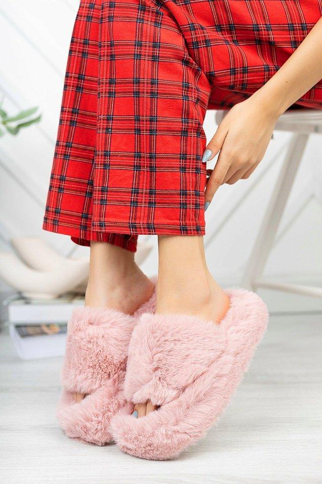 11. Sıcacık yatağından çıktığında ayakların üşümesin! Bu peluş ev terlikleri çok sevimli.