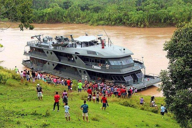 12. Brezilya devleti nehir kıyısındaki köylere ücretsiz sağlık hizmeti veren bir gemi filosuna sahip.