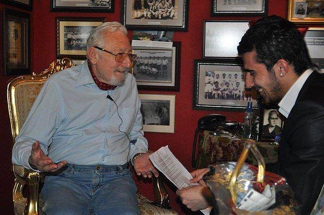 2011 yılında Beşiktaş Kulübü Onursal Başkanı Süleyman Seba ile yaptığı röportajdan dolayı Marmara Üniversitesi tarafından ' Yılın Röportajı' ödülünü aldı.