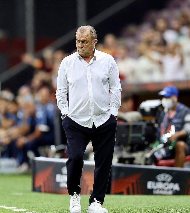Galatasaray'ın sahaya koyduğu iyi futbolun mimarı Terim, maç sonundaki basın toplantısında da kendisine hayran bıraktıran bir harekete imza attı.