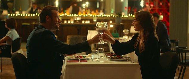 """Çevresindeki kişilerin de yüreklendirmesiyle ikili """"keyifli"""" görünen bir akşam yemeği yiyorlar."""
