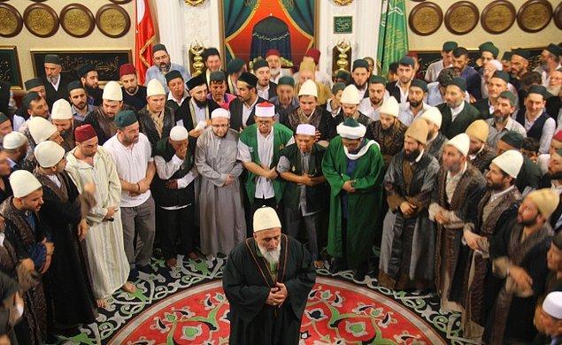 4. Tarikat üyeleri bir Müslümandan farklı olarak ne yapar?