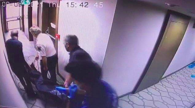 Devamında ise görevliler, genç kızın ceset torbasına konulan cansız bedenini otel odasından çıkarıyor.