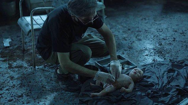 26. Dizide kullanılan bebek ise silikondan yapılmış ama gözlerini ve kaşlarını oynatabiliyor, hatta ağzını oynatıp nefes alabiliyormuş!