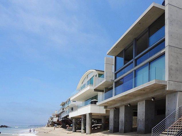 Yaklaşık 350 metrekare büyüklüğünde olan üç katlı evin toplamda 4 yatak odası ve 5 banyosu bulunuyor.