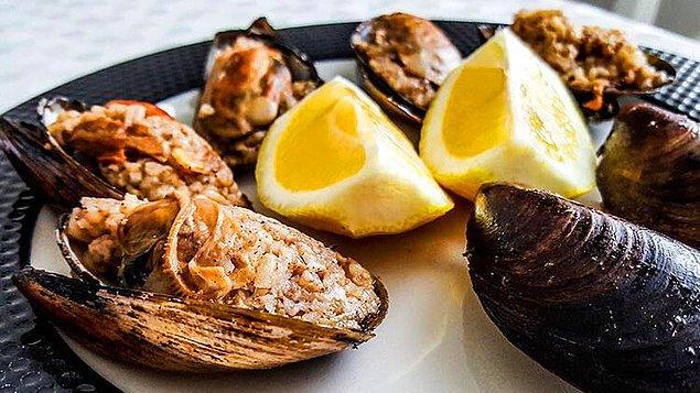 13. Yedikçe yedirten, tadından tepsiler devirten midye dolma.