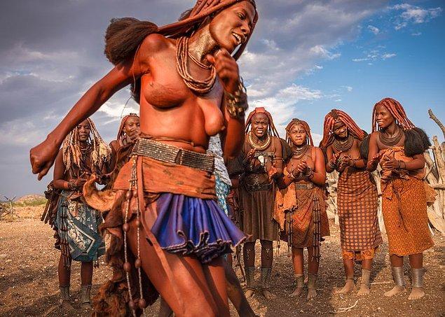 Yunanlılar bol kıyafetlerin yanı sıra vücutlarına zeytinyağı sürerken, Himba kabilesi bu konudaki önlemlerini günümüzde bile sürdürüyor.