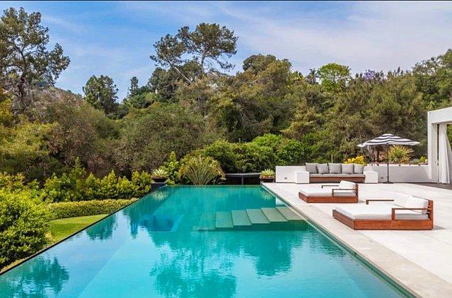 İçeride kapalı havuzu ve geniş bahçesinde yer alan şelaleli bir açık havuzu,
