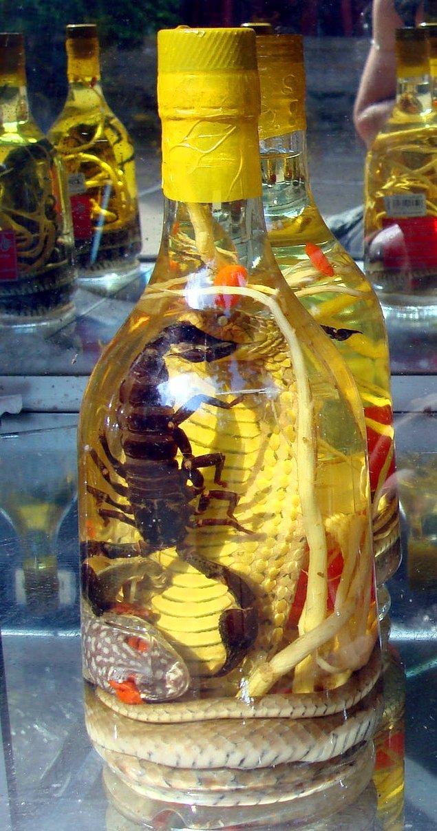 12. Doğu ve Güneydoğu Asya'da bulunan ve alkollü bir içecek olan yılan/ akrep şarabı, pirinç şarabına zehirli yılan ve akreplerin eklenmesiyle üretilir. Zehir likörde çözündüğünde proteinleri etanol tarafından yok edilir ve bu sayede güvenle tüketilebilir.