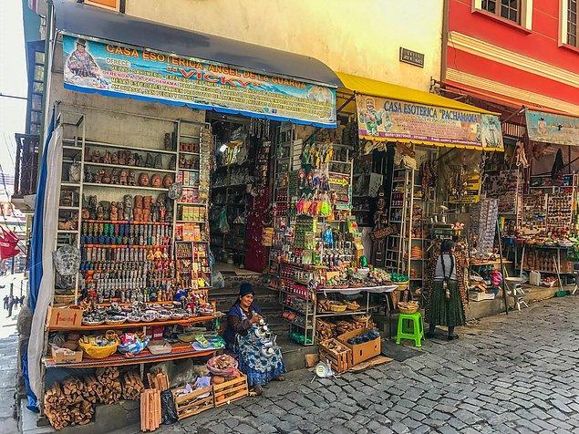 1. Bolivya'nın başkenti La Paz'da bulunan Cadı Pazarı
