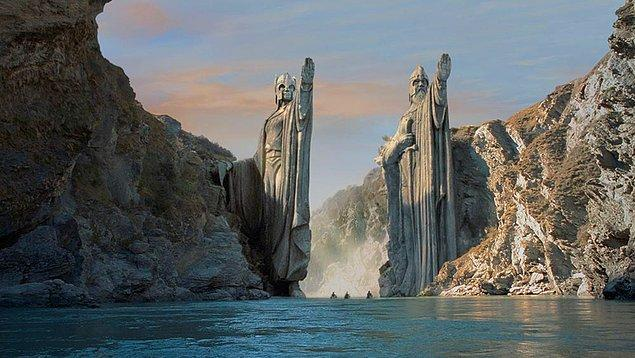 1. The Lord of the Rings – Yüzüklerin Efendisi Serisi (2001-2003) IMDb: 8.8