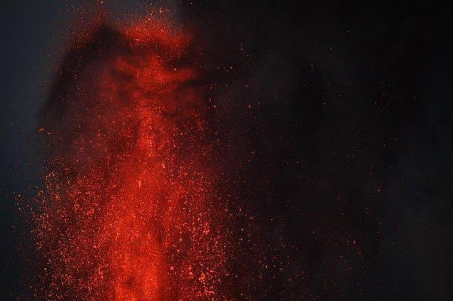 İspanya Jeoloji ve Madencilik Enstitüsü de yeni ağızlardan gelen lav akıntılarının, saatte yaklaşık 60-80 metre hızla ilerlediğini belirtti.