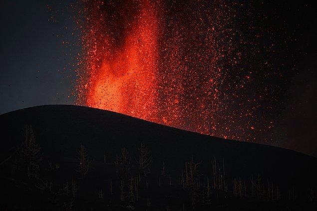 Ulusal Güvenlik Biriminden verilen bilgide, aktif durumu geçmesinden bu yana en şiddetli patlamaların olduğu yanardağdan çıkan lavların 16 kilometrelik bir alanda 240 hektarlık alanı yok ettiği, çıkan gaz ve dumanın 4 bin 500 metre yüksekliğe ulaştığı bildirildi.