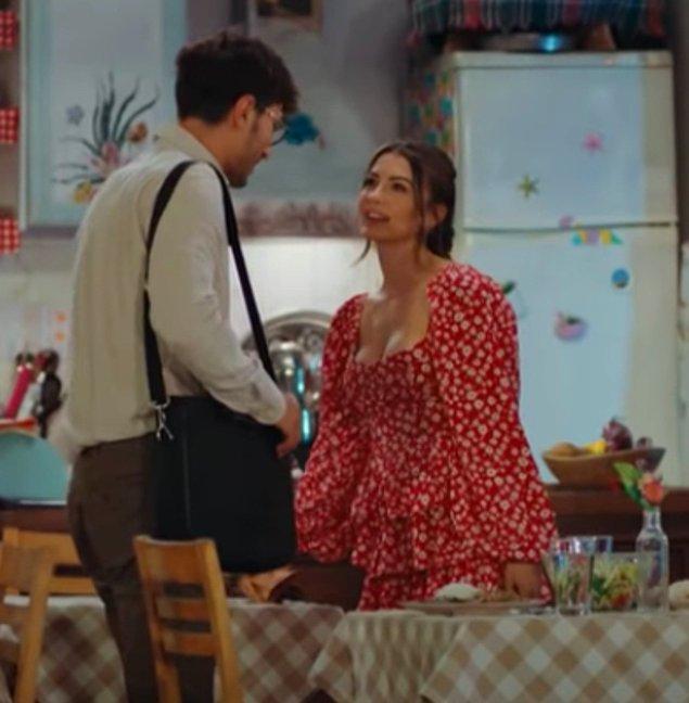 10. Eski günlere dönülen bu sahnede Esra romantik tarzda kırmızı bir elbise giymiş.