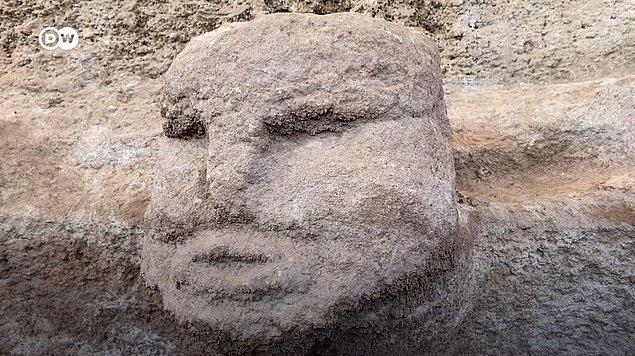 Karahantepe'de bulunan en ilginç yapılardan birisi ise ana kayaya oyulmuş bir insan başı oldu! İnsan başının bulunduğu odanın özel bir amaç için kullanıldığı düşünülüyor.