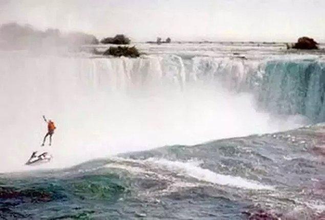 9. Evsiz insanlar için farkındalık yaratmak için Niagara Şelalesi boyunca jet-ski yapmak isteyen Robert Overacker'ın paraşütü açılmadığı için şelaleden düştüğü sırada çekilen fotoğraf: