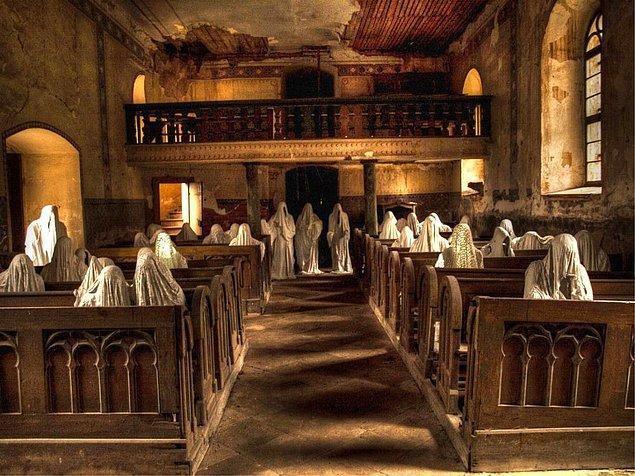 Çek Cumhuriyeti'nde bir adam terk edilmiş St. George Kilisesi'ni canlandırmanın en iyi yoluna karar vermişti: Hayaletleri geri çağırmak!