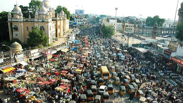 Mutlaka hepimiz televizyonlarda bir şekilde rastlamışızdır; Hindistan trafiği: ışıksız kavşaklar, arabaların, özelliklede motosikletlerin birbirinin üzerine sürdüğü  yolu kapmaya çalıştığı kaos ortamı.
