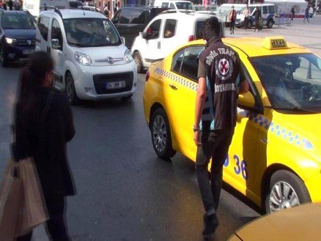 Denetim noktasına birkaç metre geride durdurduğu taksiye alınmayan kadın, taksiciyi polise şikayet etti.