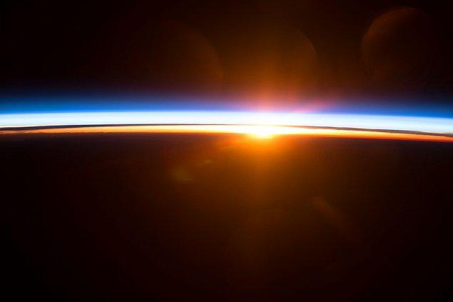 Sharman son gecesinde ise penceresindeki gölgeliği hiç kapatmaz ve uzay istasyonu 90 dakikada Dünya'nın etrafını dolaştığı için o da 90 dakikada bir Güneş'in doğuşunu izler.