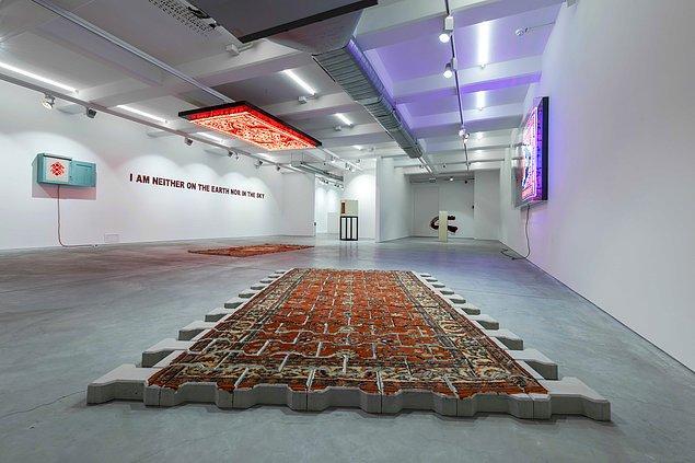Anna Laudel Gallery'deki Ne Yerdeyim Ne Gökte sergisi, Ramazan Can'ın son yedi yılda ürettiği farklı eser gruplarını izleyici ile buluşturması bakımından retrospektif bir karaktere sahip.