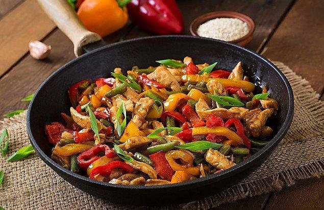 4. Akşam yemeklerinin en pratik kurtarıcısı: Leziz mi leziz tavuk sote!