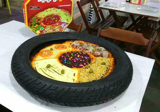 """2. İçinde ne ararsanız bulabileceğiniz """"bol"""" malzemeli bu pizza, maalesef bir tekerlek içerisinde servis ediliyor."""