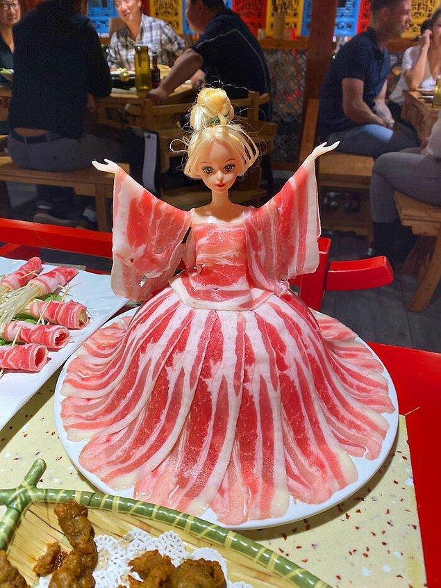 12. Bir Çin lokantasında sipariş edilen et, bir Barbie oyuncağa sarılı halde servis edilmiş.
