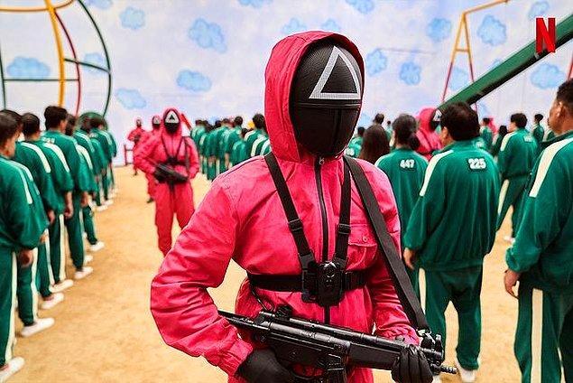 4. Dizideki ikonik yeşil eşofman takımları ise yönetmen lisedeyken okullarda yaygın olarak kullanılan spor üniformalarıymış.