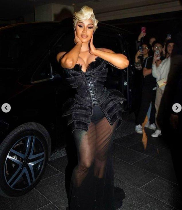 Kendisi o akşam tek bir görkemli elbiseyle yetinmedi, serginin ardından yapılan after party'ye katılmak için baştan aşağı siyahlara bürünerek karşımıza çıktı!