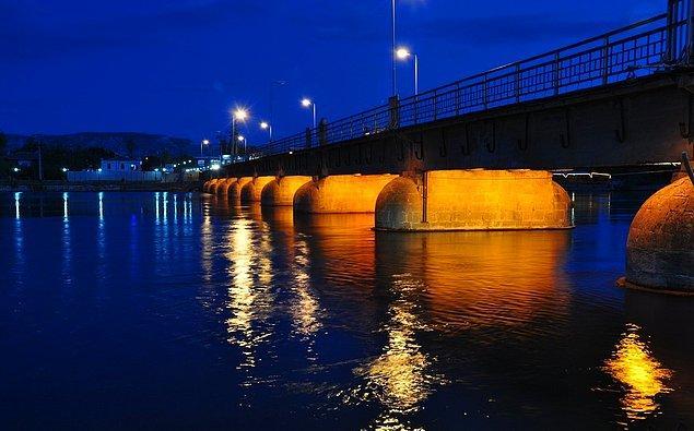 6. 120 seneyi aşkın bir süredir restorasyonsuz ayakta duran Avanos Tarihi Taş Köprüsü...