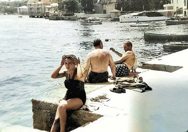 16. Bebek Sahili'nde güneşlenen insanlar, İstanbul, 1960.