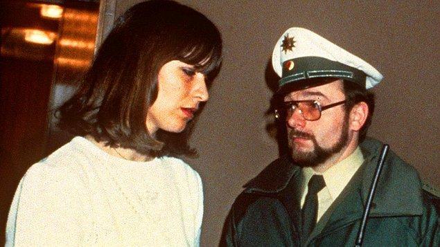 Halihazırda kızının öldürülmesinin hıncını üstünde taşıyan Marianne Bachmeier, katilin bu hikayesi sonrası küplere bindi. Bir yıl sonra yani Klaus mahkemeye çıktığında aklında intikamdan başka bir şey olmayacaktı.