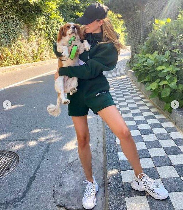 Çok sevdiği köpeğiyle birlikte gezintiye çıktığı bu paylaşım 105 bin beğeni aldı.