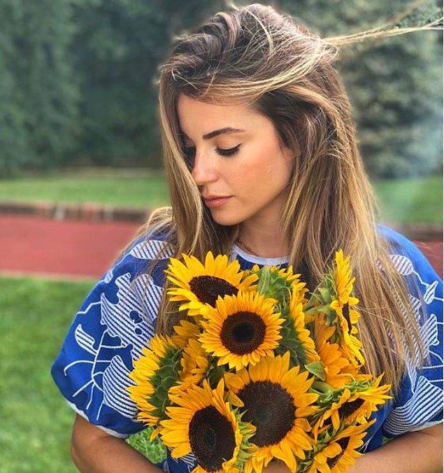 121 bin beğeni alan bu paylaşımında güzel oyuncuya ayçiçekleri eşlik ediyor.
