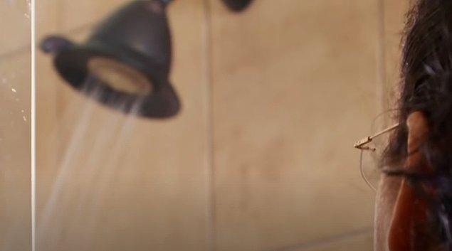 Doktor, Riah'nın korkusunun ne boyutta olduğunu öğrenmek için ondan duşa girmesini ve hislerini tanımlamasını rica ediyor.
