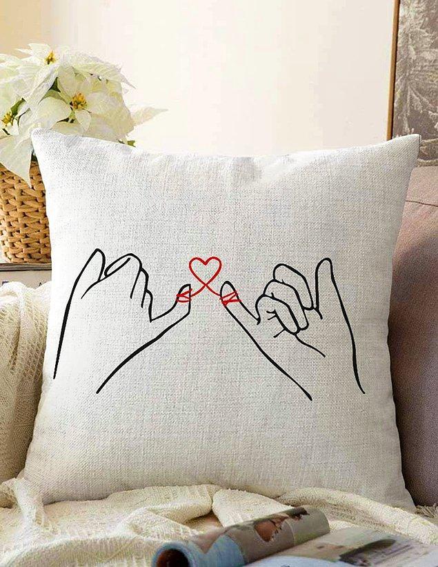 7. Sevgilinizin her gece sizi düşünmesi için yastık hediye etmeyi deneyebilirsiniz. 🙃