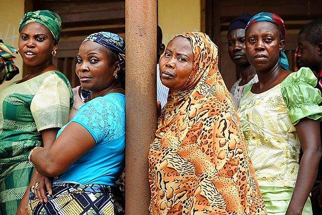 """3. """"Eğer Nijeryalı bir kadınsanız eşiniz yemeğine başlamadan önce yemeniz garipsenir. Eşiniz ayakta duruyorken sizin oturmanız ya da eşinize sessiz olmasını söylemeniz de hiç hoş karşılanmaz."""""""
