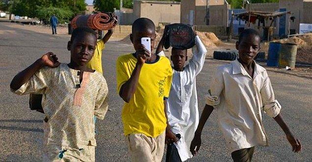 """6. """"Nijeryalıların hemen hemen hepsine çocukken dışarı yemek yasaktır. Aileleri özellikle bunu tembihler."""""""