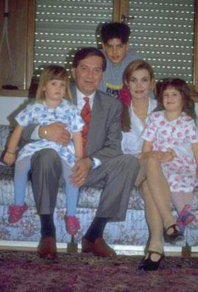 Usta tiyatrocular Ferhan Şensoy ile Derya Baykal'ın büyük kızı Müjgan Ferhan Şensoy, 25 Ocak 1989'da İstanbul'da dünyaya geldi.